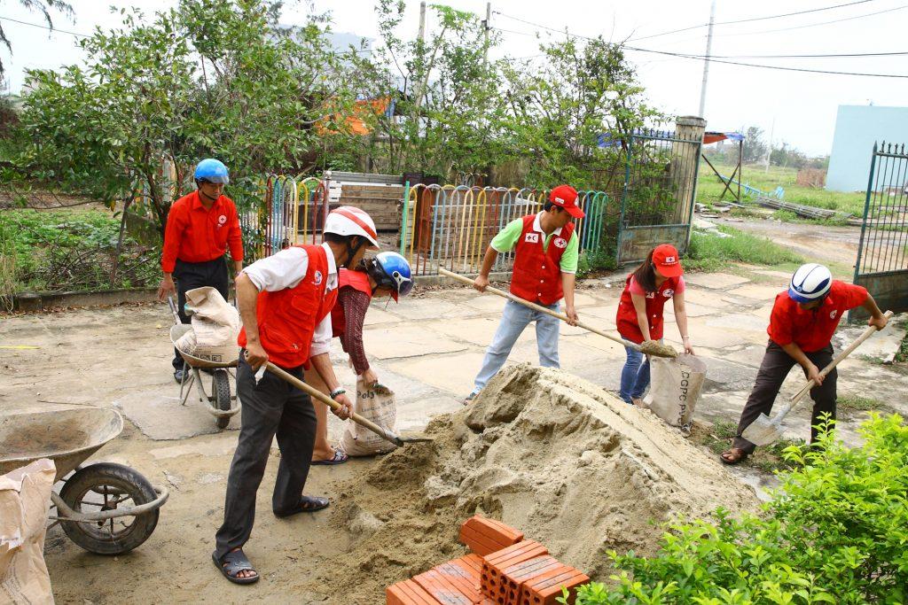 9 November 2013: Da Nang RC volunteers and staff preparing the sand to protect houses in Hoa Hai ward, Ngu Hanh Son district, Da Nang city. Photo: Tran Quang Tuan/VNRC