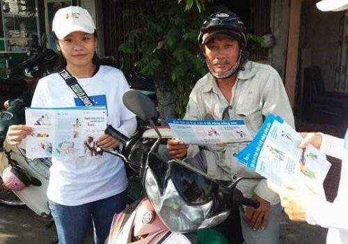 Building Urban Resilience (BUR) - Distribution of leaflets to motorbike taxi drivers in Quy Nhon city. Photo by VNRC
