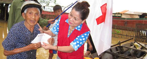 Reaching affected people by boat by VNRC staff in Nghe An province