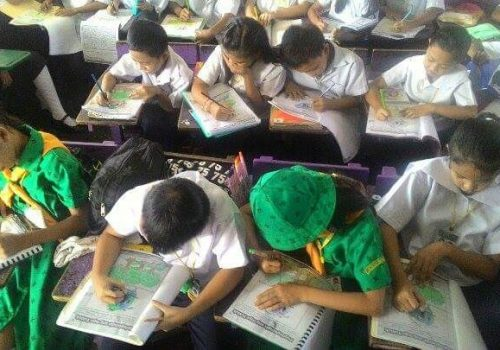 Building Urban Resilience (BUR) - Students from Pres. Corazon C. Aquino Elementary School, utilizing the PRC Workbooks in aide during their school Re-Echo Sessions. Photo by Philippine Red Cross