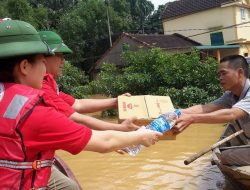 Ha Tinh Red Cross Chapter staff provided relief goods to families affected by the flood in Phuong My, Huong Khe, Ha Tinh. Photo credit: Viet Nam Red Cross (16 October 2016)